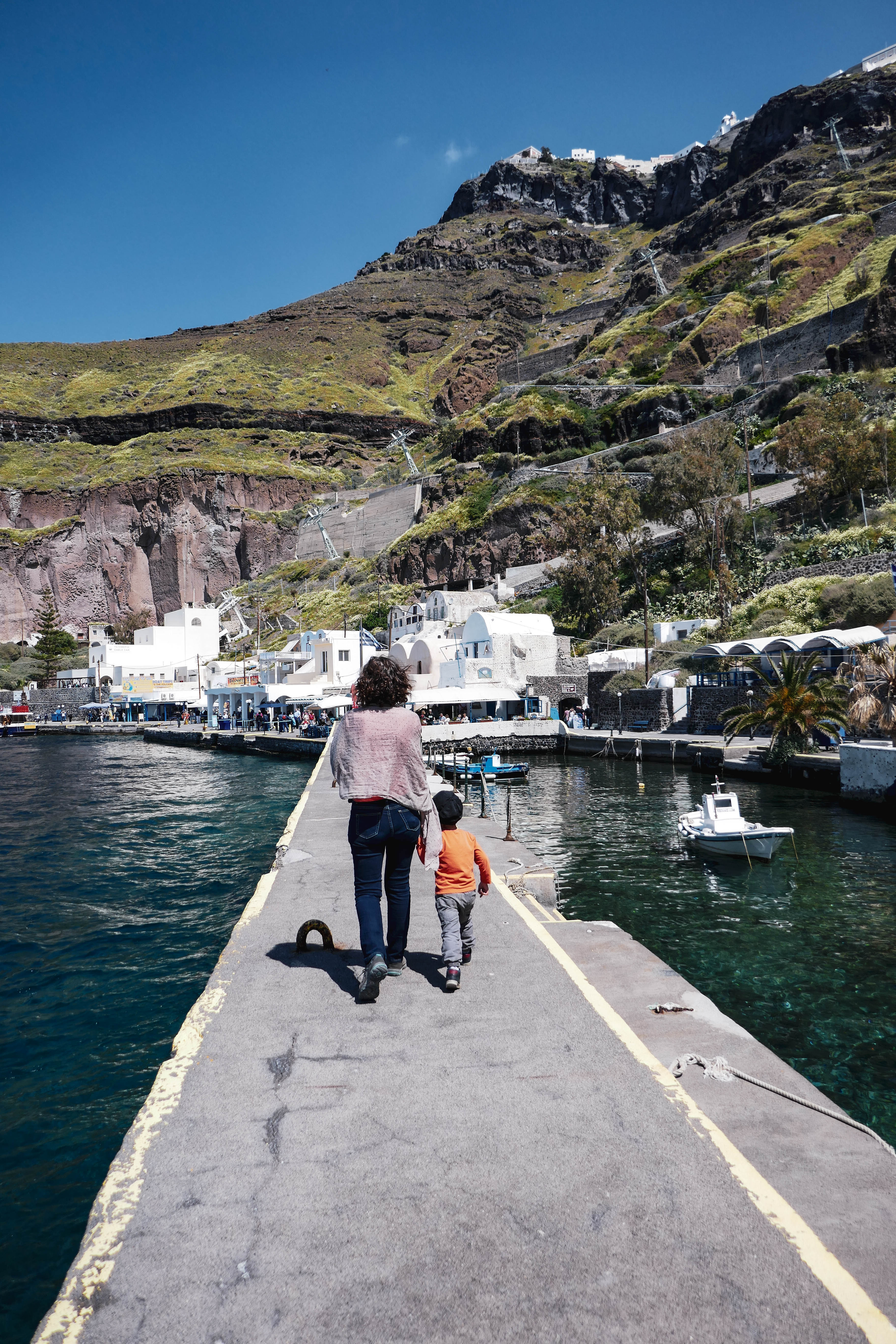 Fira, archipel des Cyclades, île de Santorin. Port Fira Skala