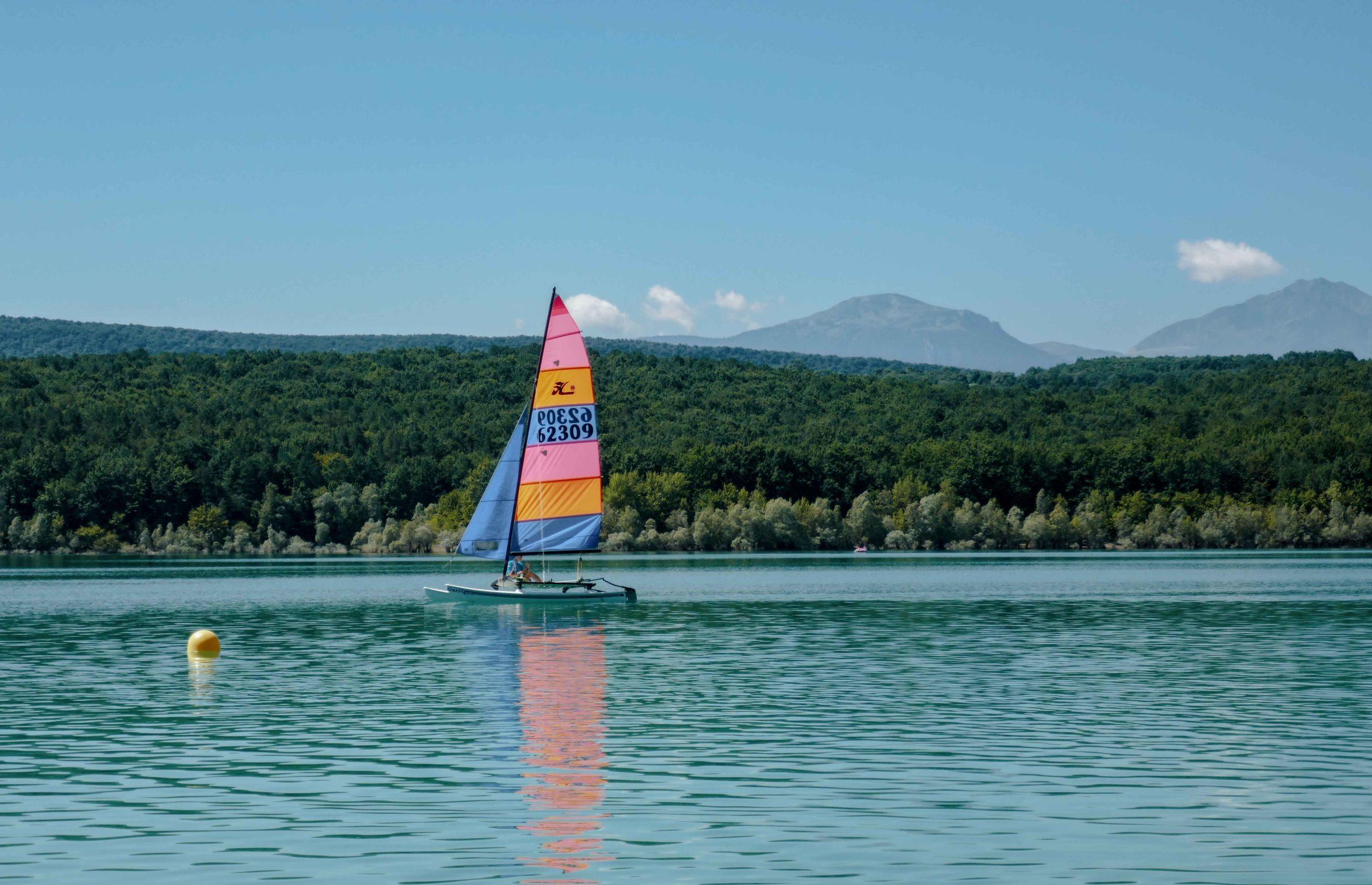 lac de Montbel voilier en famille Ariège