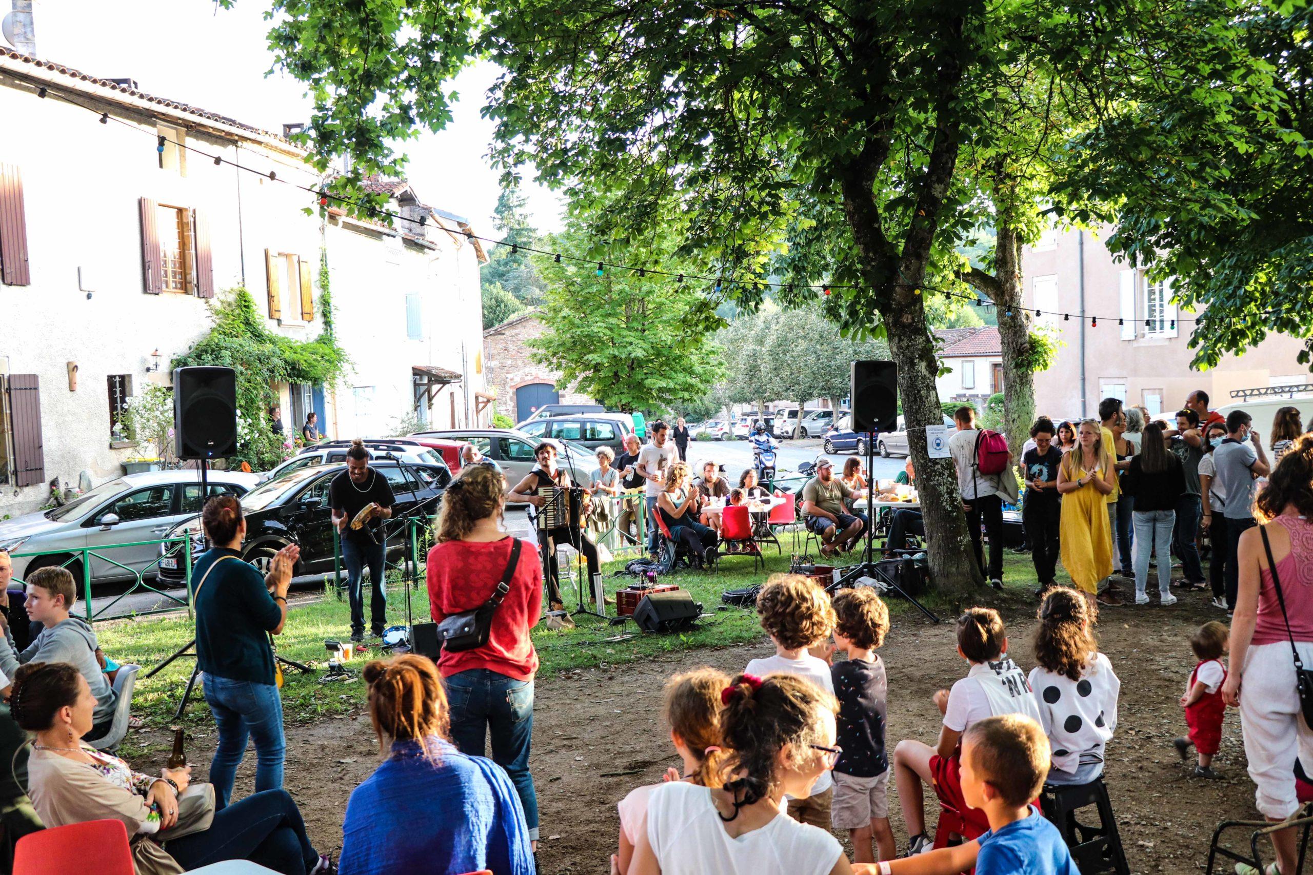 """Concert du groupe """"Café com Leite"""" sur le marché d'été à Monestiès"""
